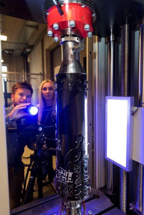 Verzerrungsmessung an einem CFK-Rohr in der Universalprüfmaschine