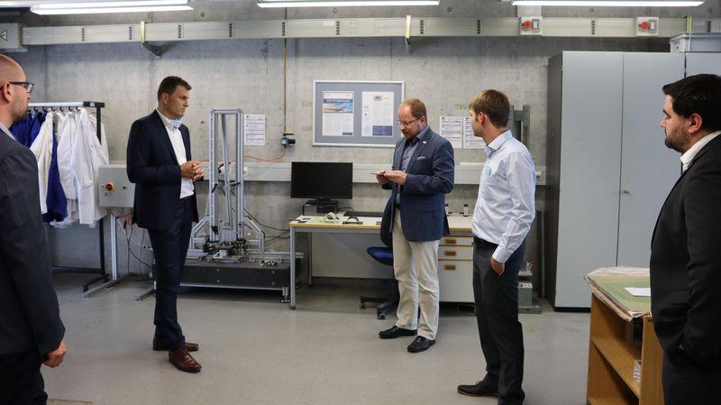 Bürgermeister von Neustadt an der Donau besucht Labore der OTH Regensburg